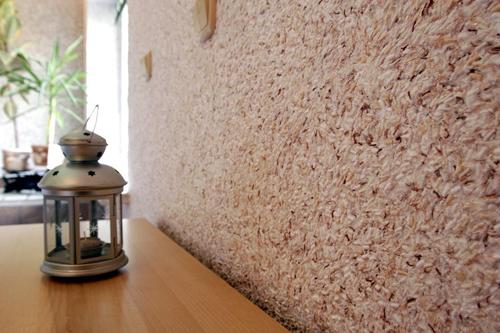 Как нанести на стену текстильные обои
